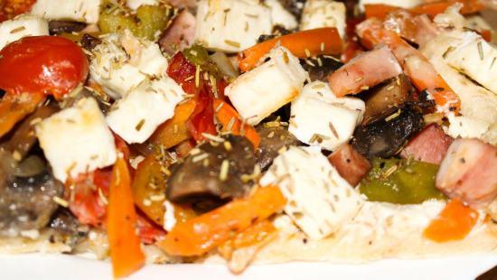 Flammkuchen z warzywami i kiełbasą