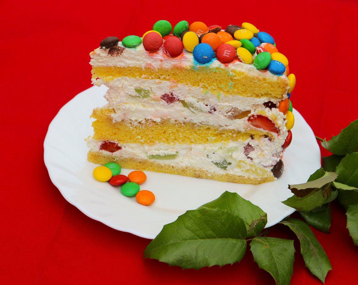 Tort M&M's z truskawkami i bitą śmietaną z mascarpone