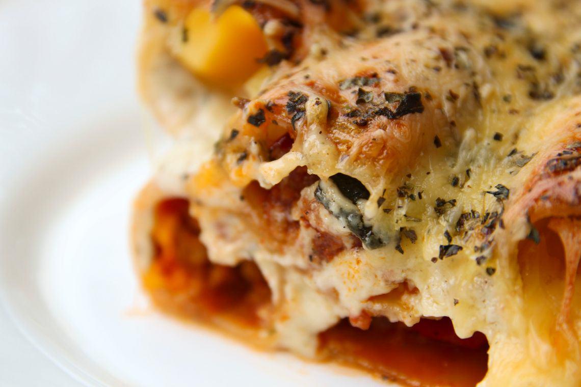 Canelloni z mięsem mielonym, cukinią i sosem czosnkowym