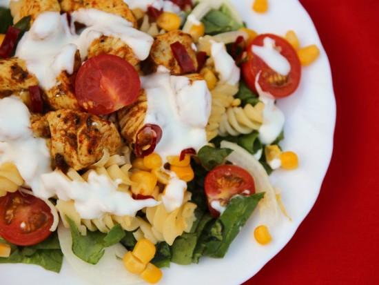 Ognista sałatka z makaronem, kurczakiem i chilli