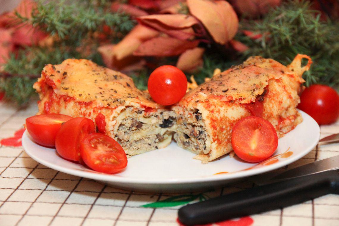 Naleśniki faszerowane zapiekane w sosie pomidorowym