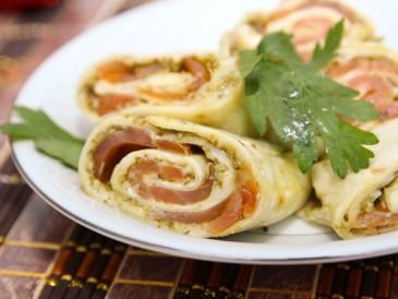 Tortilla z łososiem i pesto