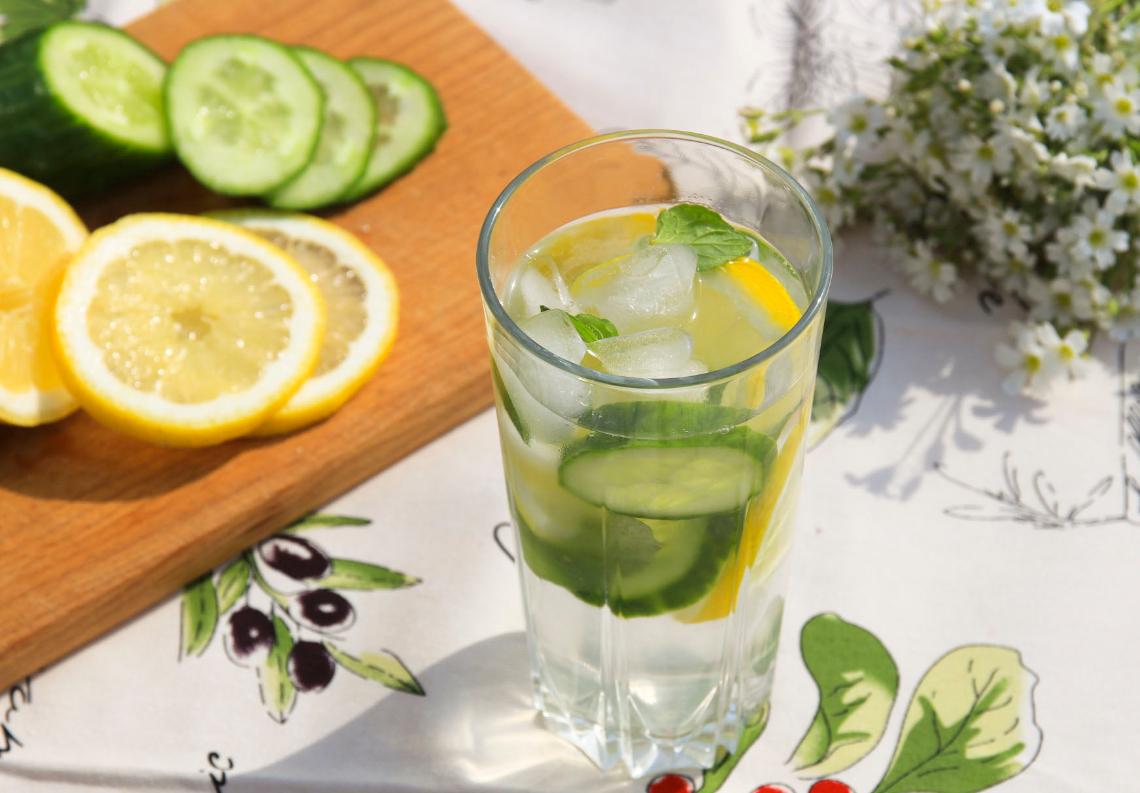 Orzeźwiająca woda smakowa z cytryną, miętą i ogórkiem