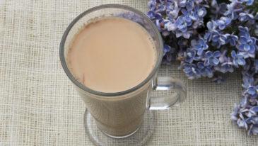 Chai Latte herbata z mlekiem i rozgrzewającymi przyprawami