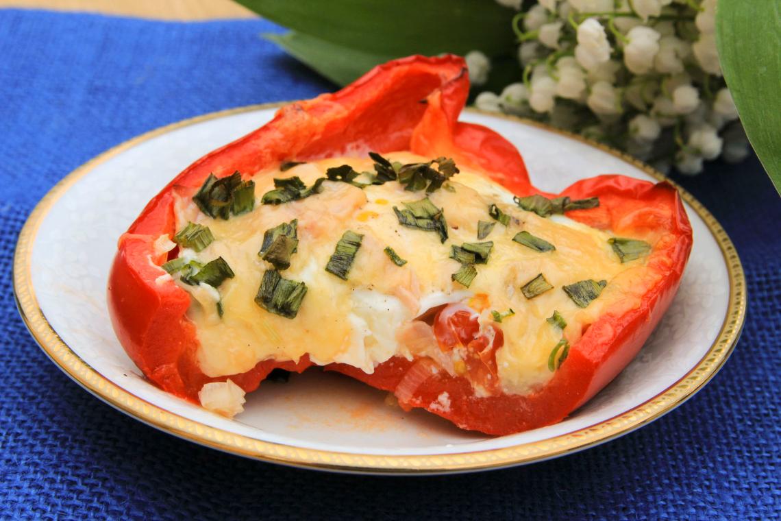 Papryka zapiekana z jajkiem, szynką i serami