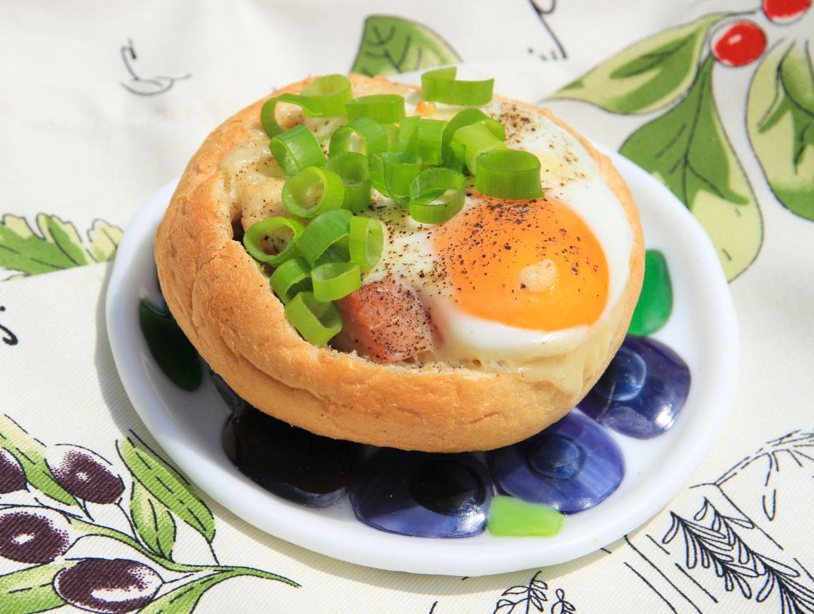 Bułki zapiekane z szynką, pieczarkami i jajkiem