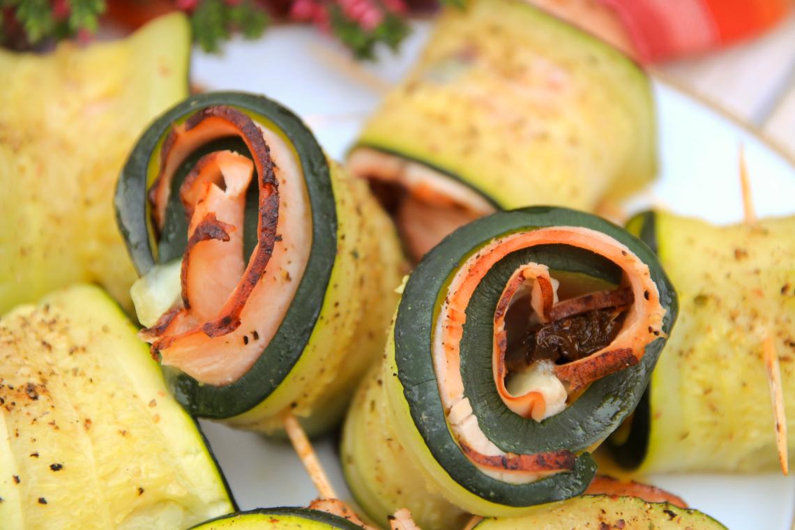 Roladki z cukinii zapiekane z szynką i mozzarellą