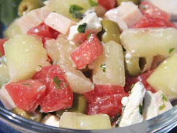 Sałatka z melona, arbuza, oliwek i szynki